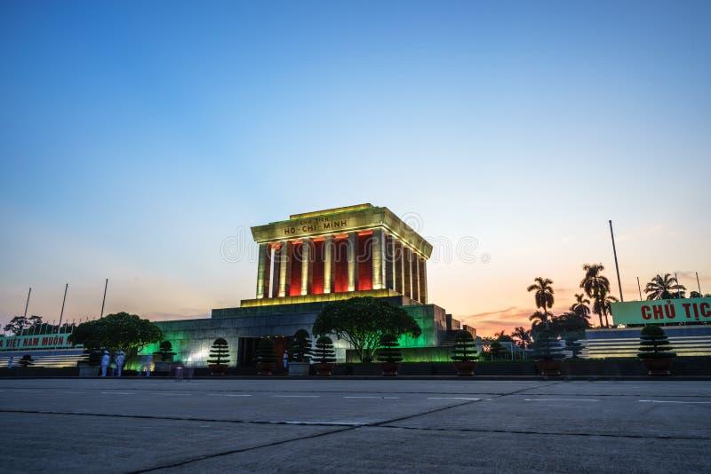 Hanoi, Vietname - 26 de setembro de 2016: Mausoléu de Ho Chi Minh no quadrado de Dinh dos vagabundos, cidade de Hanoi no por do s imagem de stock