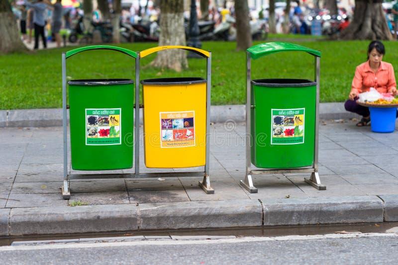 Hanoi, Vietname - 2 de setembro de 2016: Plástico múltiplo que recicla escaninhos do recipiente na rua de Hanoi fotos de stock royalty free