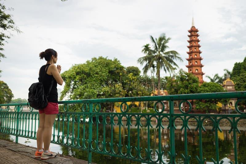Hanoi Wietnam, Czerwiec, - 12, 2016: Wietnamski kobiety modlenie od dystansowego outside Tran Quoc stara świątynia w Hanoi obrazy stock