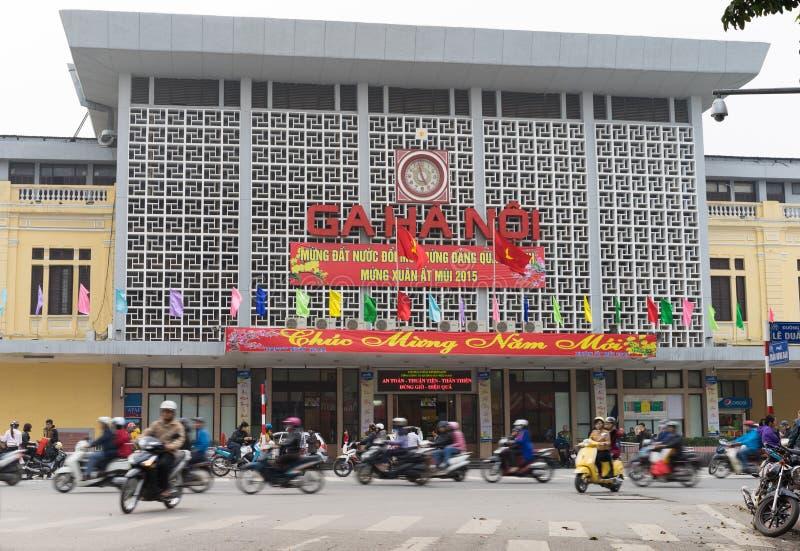 Hanoi Wietnam, Feb, - 15, 2015: Frontowy zewnętrzny widok Hanoi kolei dworzec na Le Duan ulicie z sztandaru ` Szczęśliwym nowym r zdjęcia stock