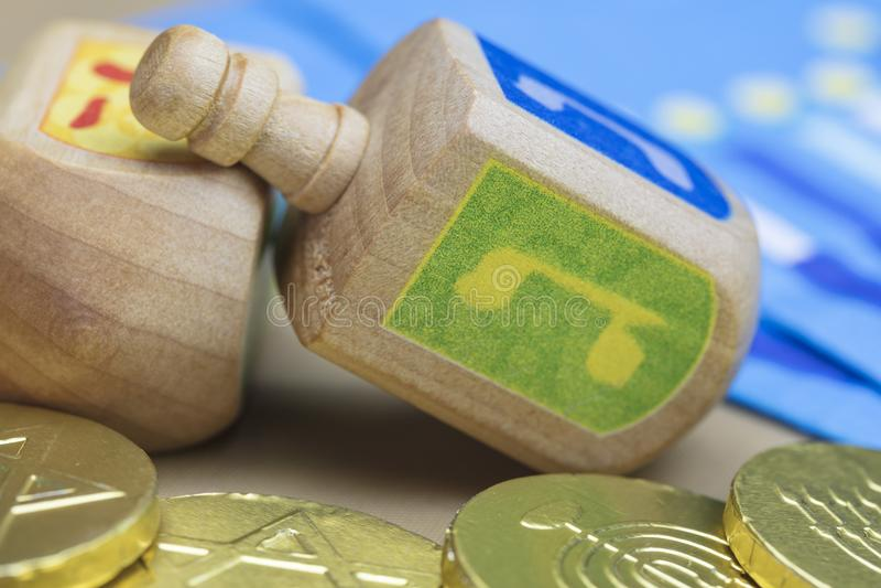 Hanoucca Dreidels, serviettes et pièces de monnaie de Gelt de chocolat photographie stock libre de droits