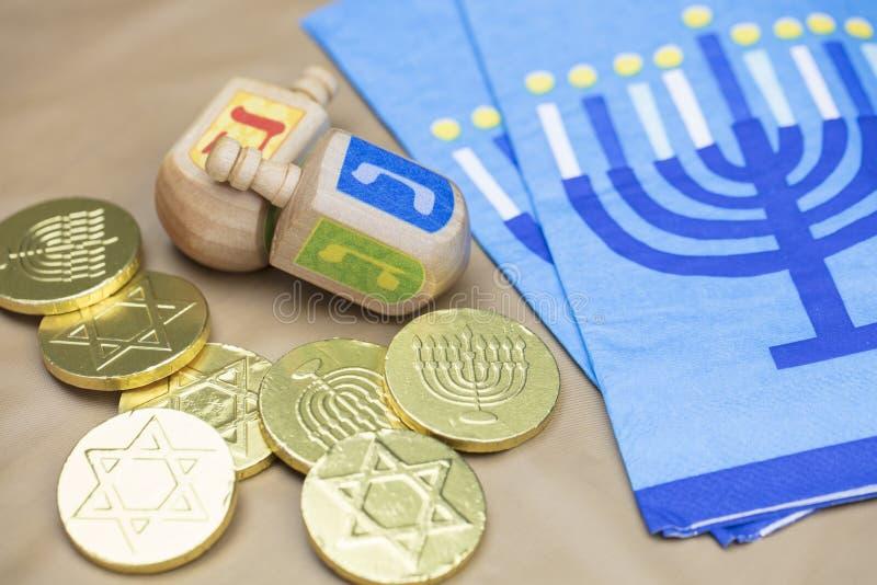 Hanoucca Dreidels, serviettes et pièces de monnaie de Gelt de chocolat photo stock