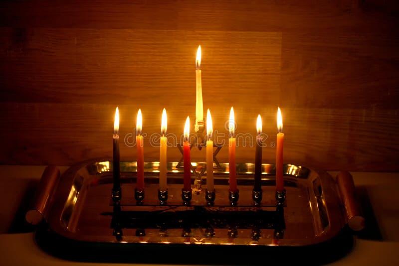 Hanoucca est des vacances juives Chandelier brûlant de Hanoukka avec des bougies Chanukiah Menorah
