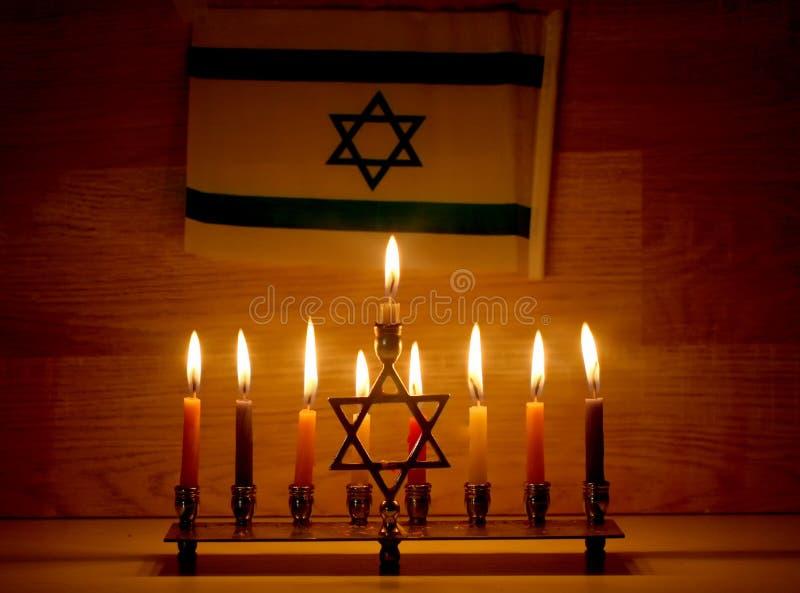 Hanoucca est des vacances juives Chandelier brûlant de Hanoukka avec des bougies Chanukiah Menorah Indicateur de l'Israël
