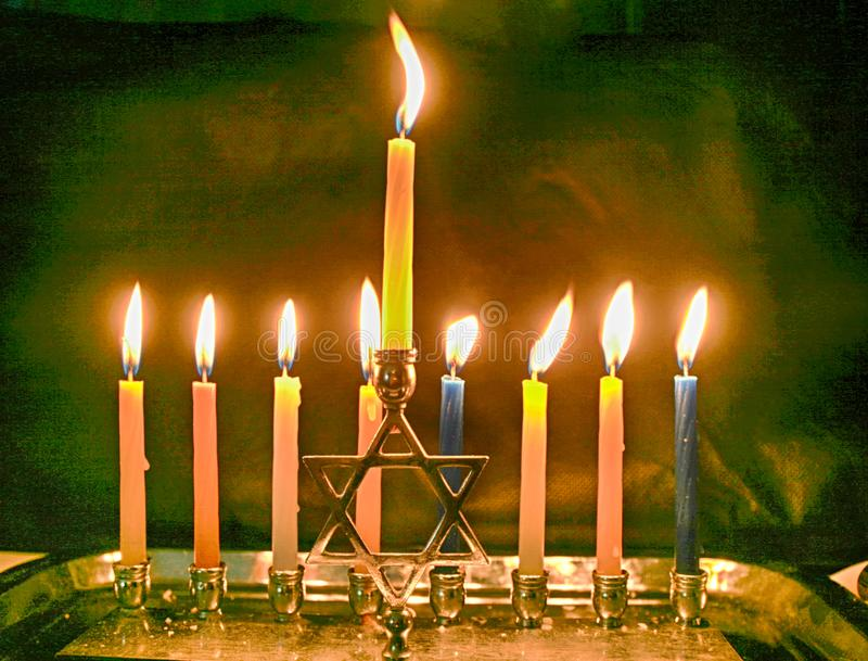 Hanoukka brûlant Le Chanukiah allumé Vacances juives Hanukkah