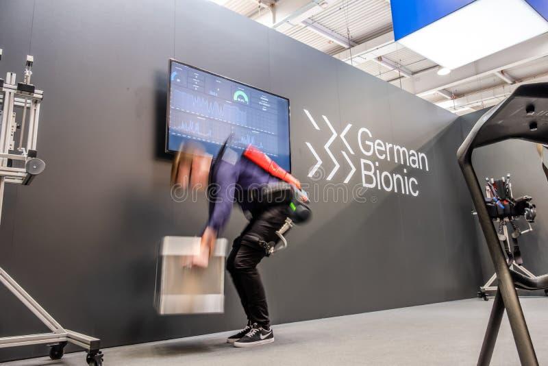 Hanover, Duitsland - April 02 2019: Duitse Bionisch stelt eerste robotexoskeleton voor Industriële IoT voor stock fotografie