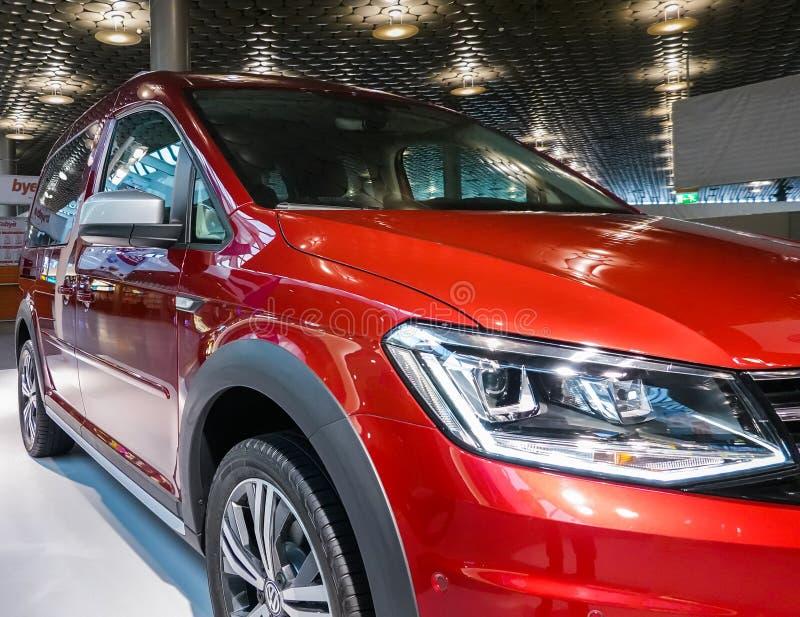 Hanover, Duitsland, 19 November , 2018: Tentoonstellingsgebied van het Volkswagen-merk bij de luchthaven met nieuw rood modelvw c stock afbeelding
