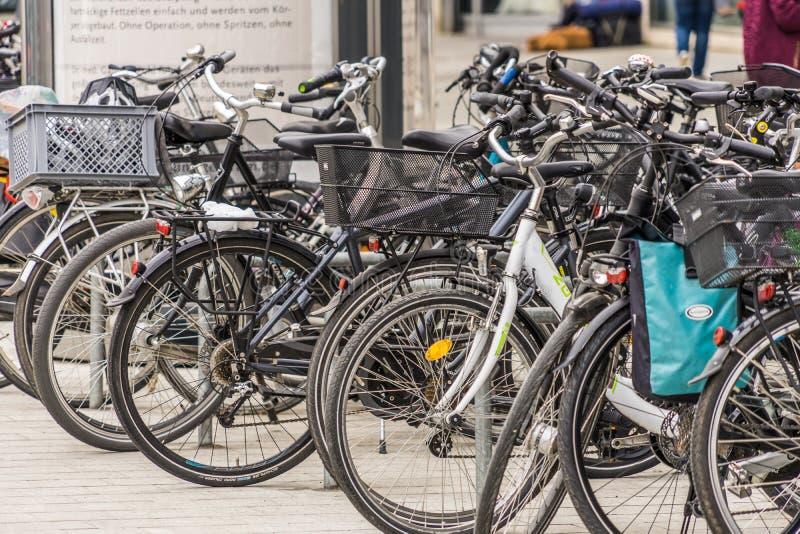 Hanover, Nedersaksen, Duitsland, 19 Mei, 2018: Groot die aantal fietsen in de voetstreek worden geparkeerd royalty-vrije stock afbeelding