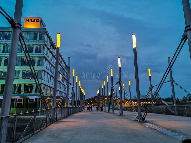 Hanovre, Allemagne - avril 2019 : L'entrée est à la plaza d'expo au champ de foire de Hanovre Messe pendant l'heure bleue photographie stock