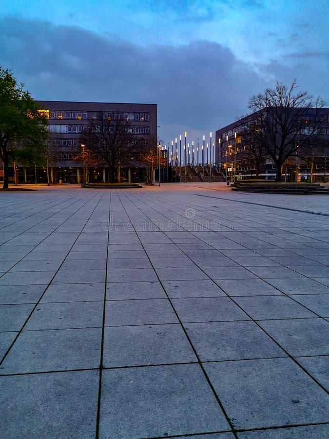 Hanovre, Allemagne - avril 2019 : La plaza d'expo au champ de foire de Hanovre Messe pendant l'heure bleue photos stock