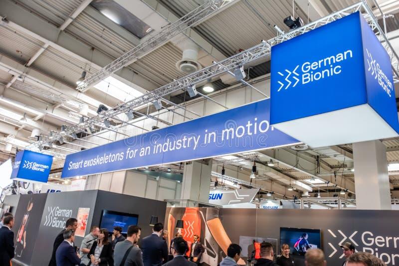 Hanovre, Allemagne - 2 avril 2019 : Premier exosquelette de robot de présents bioniques allemands pour l'IoT industriel image libre de droits