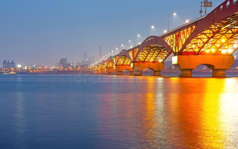 Hanrivier met Seongsan-brug bij night_3 stock afbeeldingen