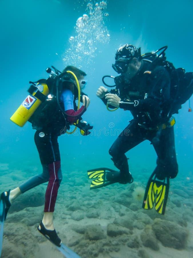 Hans första dyk III fotografering för bildbyråer