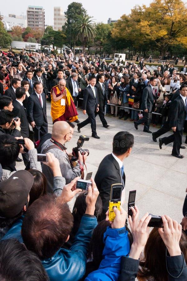 Hans helighet Dalai Lama i Hiroshima fred Memorial Park fotografering för bildbyråer