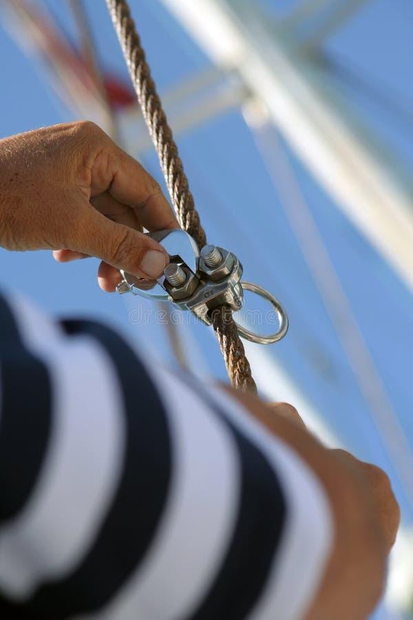 hans nuts sjöman drar åt royaltyfri foto