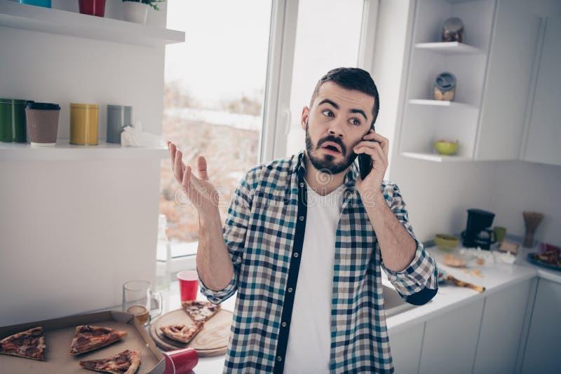 Hans stående av honom skäggig grabb för trevligt attraktivt ledset missnöje som talar på telefonlinje i modern ljus vit inre stil royaltyfria foton