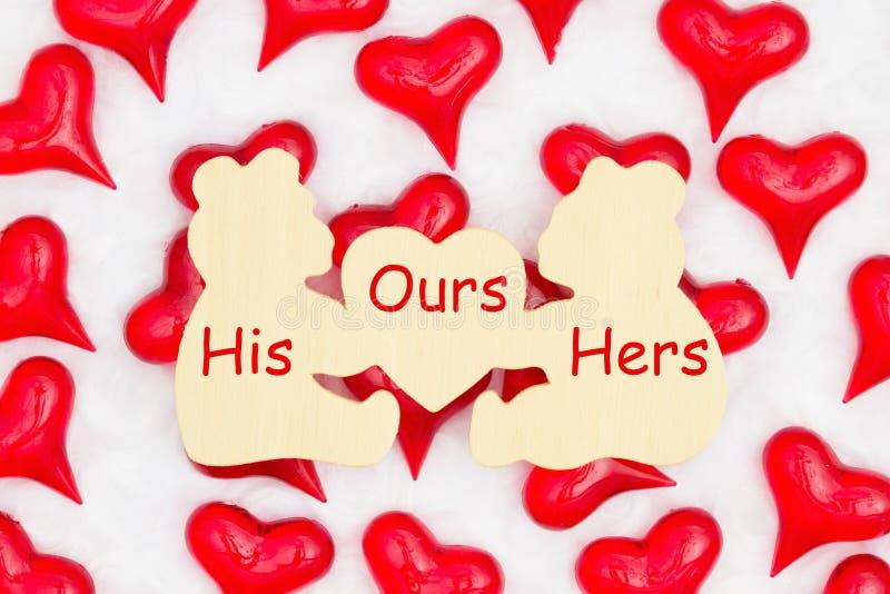Hans vår hennes meddelande på träbjörntecken med röda hjärtor på vitt tyg arkivbilder