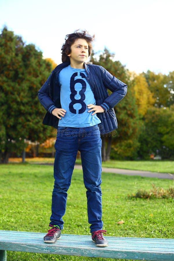 Hansome αγόρι Preteen στο τζιν παντελόνι και το σακάκι στοκ φωτογραφίες