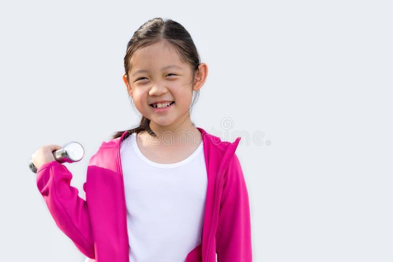 Hantel för tröja för asiatiskt barn som bärande hållande isoleras på vit fotografering för bildbyråer