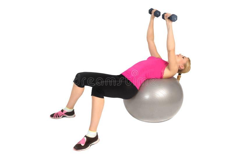 Hantelbröstkorgfluga på övning för stabilitetskonditionboll royaltyfri fotografi