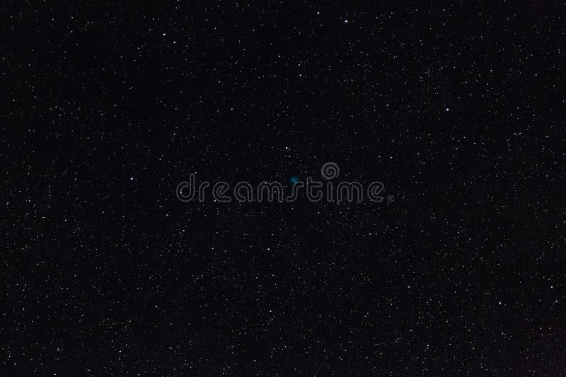 Hantelnebulosan och stjärnorna av yttre rymd i natthimlen royaltyfria foton