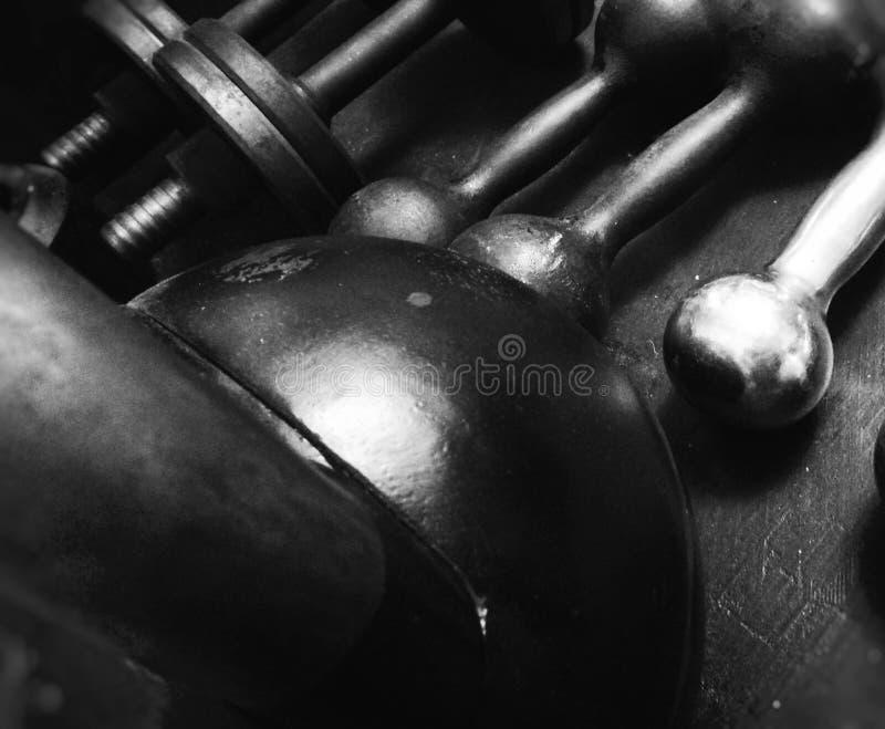 hantlar och kettlebells för sport royaltyfria bilder