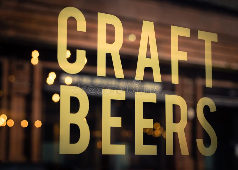 Hantverköl undertecknar in bryggerifönstret arkivbild