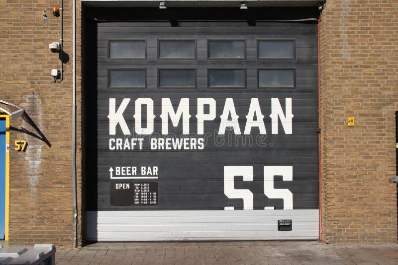 Hantverkölbryggeri och stång Kompaan i den indurstrial zonen Binckhorst i Haag som är bekant som ett av de bästa i Nederländerna arkivbild