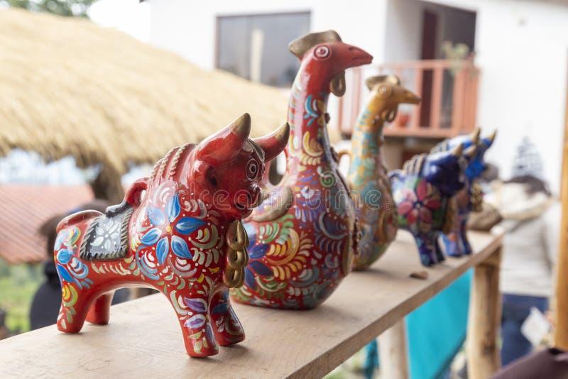 Hantverk färgrika souvenir i Cuzco, Peru lokala souvenir i hantverkmarknaden arkivfoton