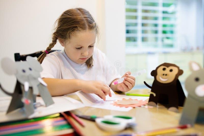 Hantverk för ungar Konstgrupp för barn på skolan arkivbild