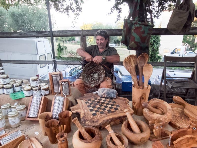 Hantverkare av korgar i Italien arkivbilder