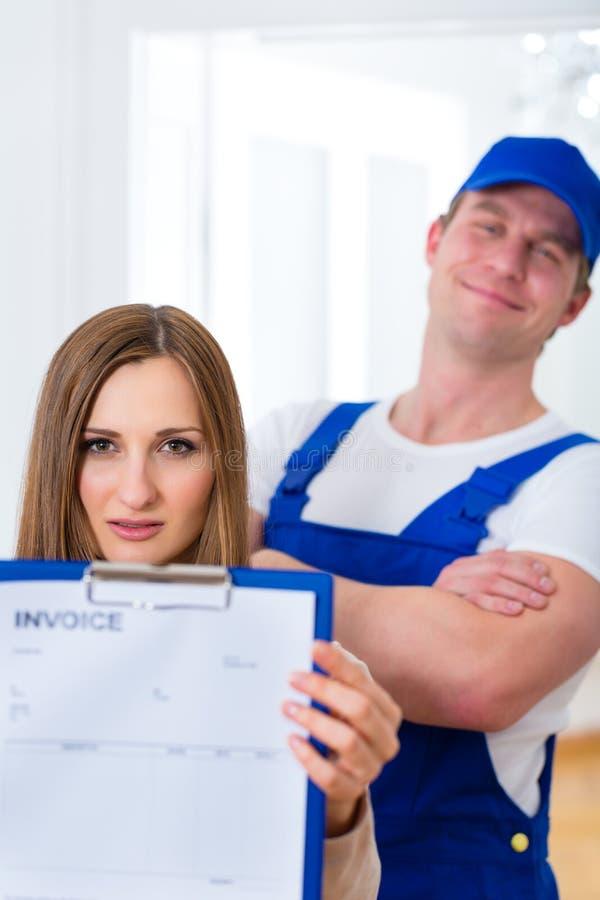 Hantverkare eller rörmokare som ger den overpriced fakturan arkivbild