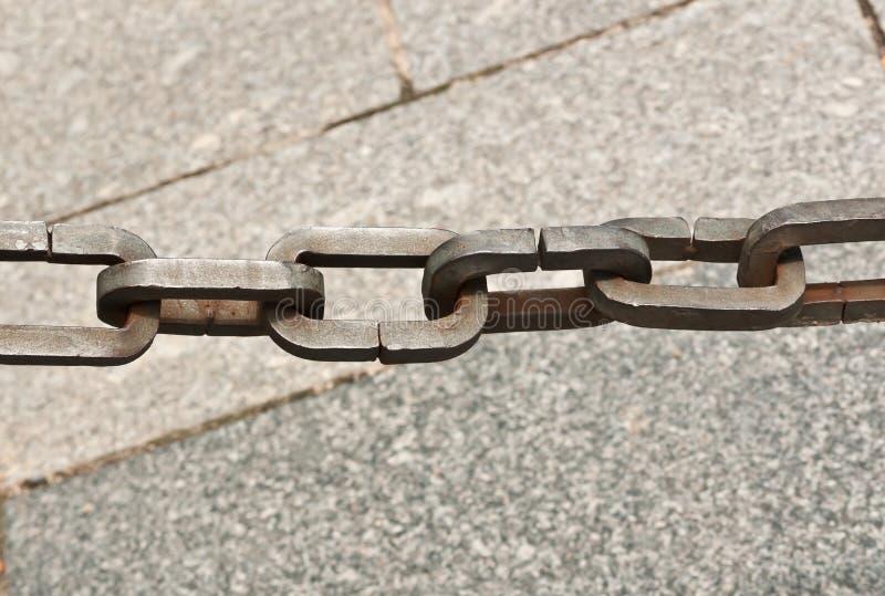 Hantverkare handgjort stål, chain sammanlänkningar som en barriär till turisten från ett privat läge Madrid, Spanien arkivbild