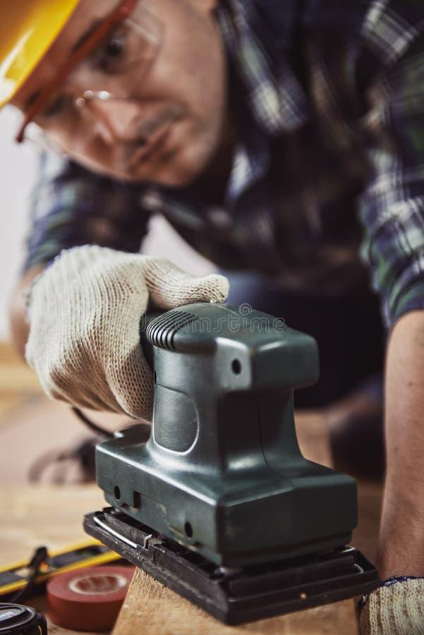 Hantverkare med den hårda maskinen royaltyfria foton