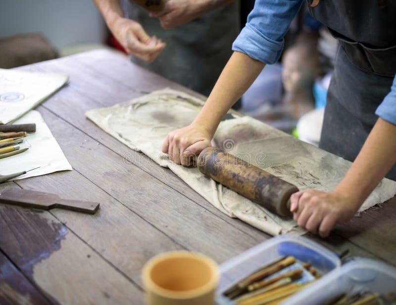 Hantverkare som arbetar i en keramisk studio royaltyfria bilder