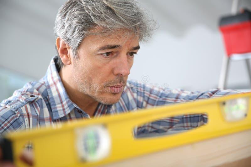 Hantverkare som arbetar på hemförbättring royaltyfria foton