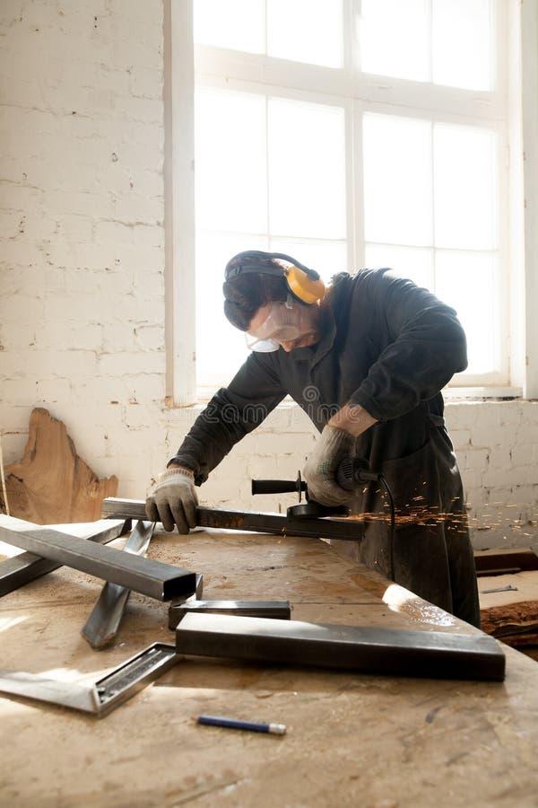 Hantverkare som gör hans nya projekt i seminarium royaltyfria bilder