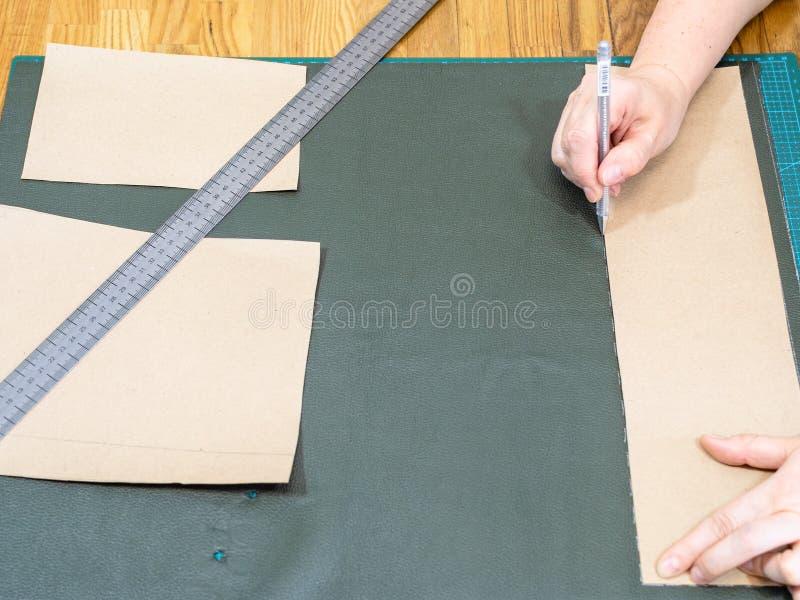 Hantverkareattraktioner på grönt läder genom att använda modellen royaltyfri foto