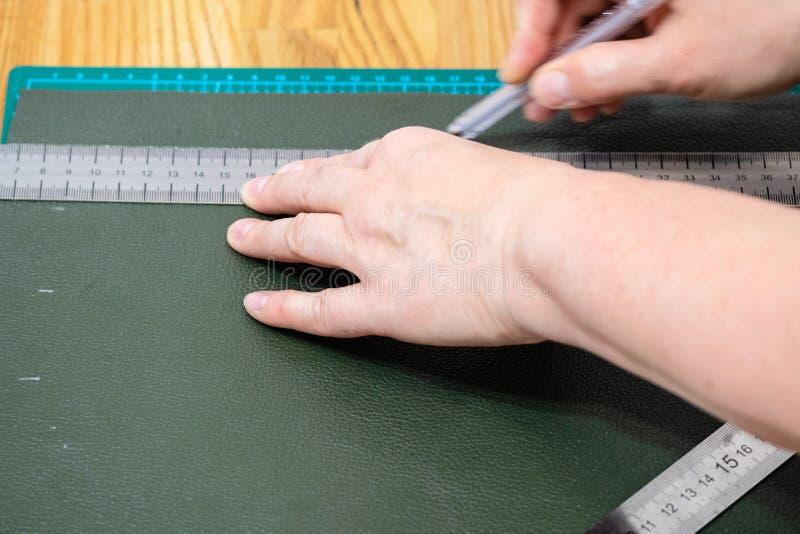 Hantverkareattraktioner på grönt läder genom att använda ruller royaltyfri foto