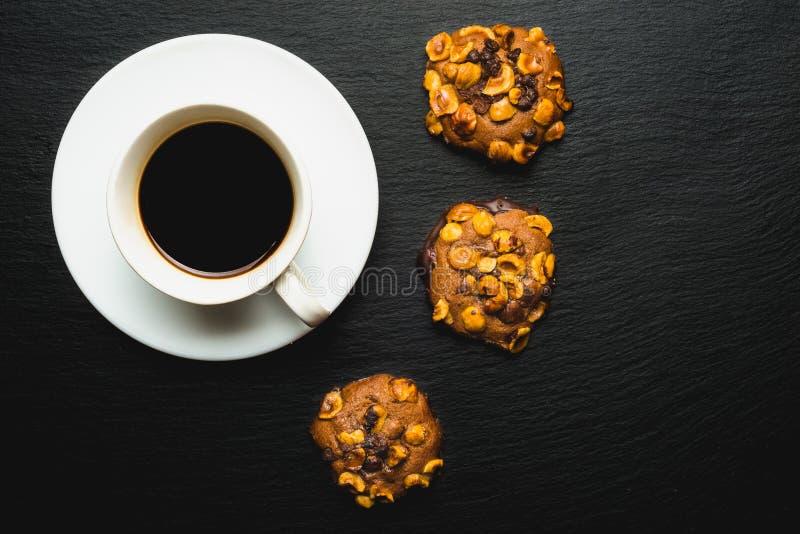 hantverkarechoklad- och mandelkakor med kaffe arkivbilder