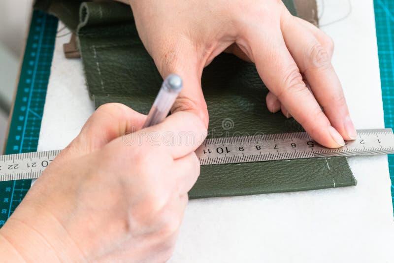 Hantverkaren drar en modell på objektet av påsen royaltyfri bild