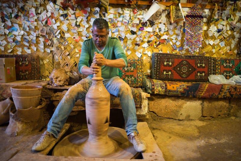Hantverkaren gör krukmakeri royaltyfri bild