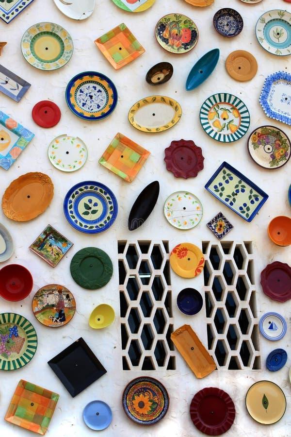 Hantverkares vägg av handpainted plattor arkivfoton