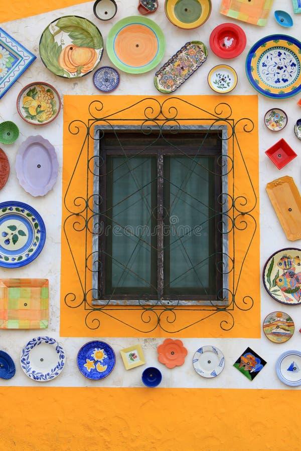 Hantverkares vägg av handpainted plattor royaltyfria foton