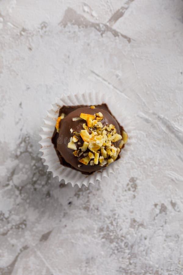 Hantverkchoklad-karamell sötsaker med fyllning, på en textural bakgrund royaltyfria bilder