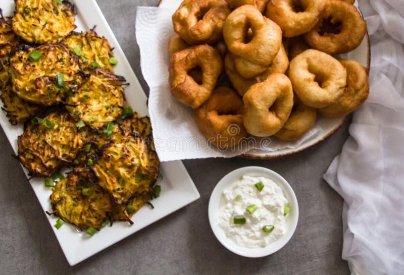 Hanukah假日:传统食物标志:'Sfinj'-摩洛哥油炸圈饼和土豆马铃薯饼 库存照片