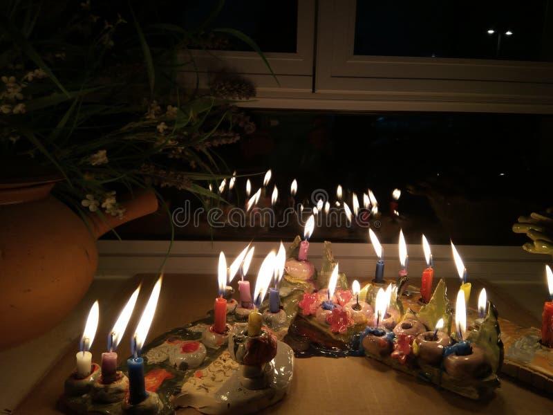Hanukka candeles zaświecający na nadokiennej półce zdjęcie royalty free