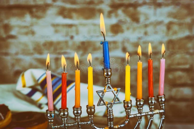 Hanukkah Żydowski festiwalu świateł zakończenie up świeczka wosku roztapiający channukah obraz royalty free