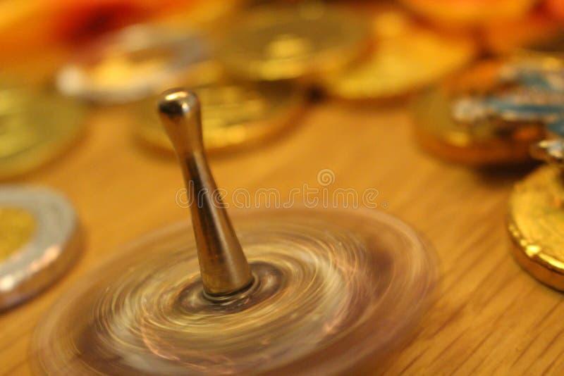 Hanukkah που περιστρέφουν dreidel και νομίσματα σοκολάτας στο εβραϊκό φεστιβάλ των διακοπών φω'των στοκ φωτογραφία