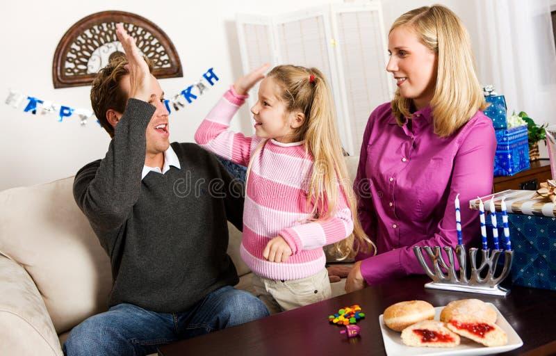 Hanukkah: Υψηλός μπαμπάς Fives κοριτσιών μετά από να κερδίσει στοκ εικόνα